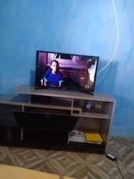 Vende-se uma televisão 32 polegadas ela não é Smart não e vende sua rack também