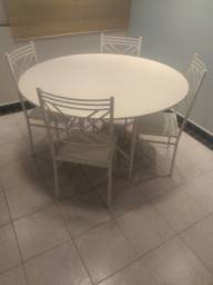 Conjunto mesa com base e 4 cadeiras