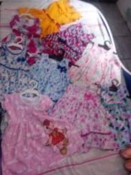 Vendo todos esses vestidos e sandalias por 150,00