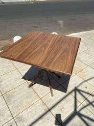 Mesa de madeira com pé de ferro medindo 90/90 cm