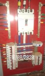 Eletricista cobrindo orçamento