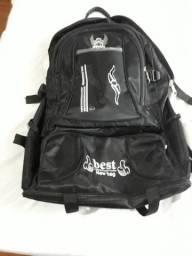 Uma mochila preta grande