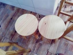 Cadeiras de madeiras envernizadas.