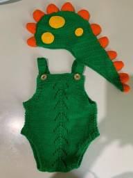 Vendo fantasia em tricô de dinossauro