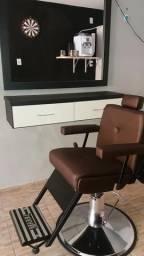 Cadeira para Barbeiro nova cor café; espelho com moldura em MDF na cor preta; duas gavatas