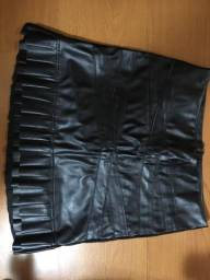 Vendo saia courino tamanho 38 usada uma única vez cor preta
