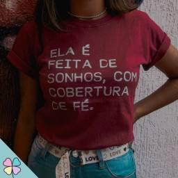 """T-Shirt """"Ela é feita de sonhos com cobertura de fé"""""""
