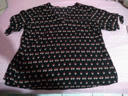 Blusa preta com detalhes vermelhos-  tamanho 56