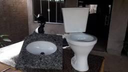 Vaso sanitário e uma pia de banheiro