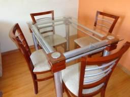 Mesa de sala com 4 cadeiras