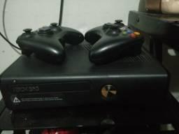 Xbox 360 + 19 Jogos Originais + Cabo HDMI + Kinect e 2 Controles