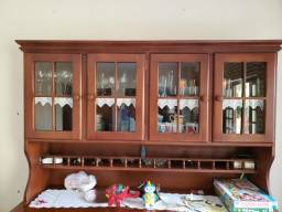 Cristaleira de madeira e vidro