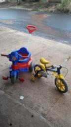 Motoca e bicicleta com alguns detalhes .