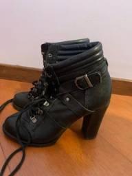 Título do anúncio: Bota de salto preta de couro legítimo satinato 35