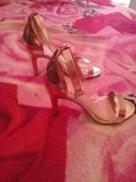 Sapato salto alto lindo e brilhante *