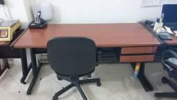 Mesa / cadeira e armário para escritório