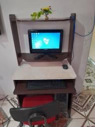 Computador com mesa e cadeira