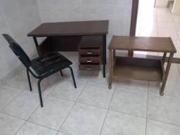 Vendo mesinha para uma pessoa com três gavetas, cadeira e mesinha de telefone