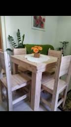 Mesa com 4 cadeiras de palete