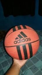 Antena digital interna e bola de basquete