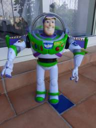 Buzz Lightyear articulado que fala, faz sons e abre as asas