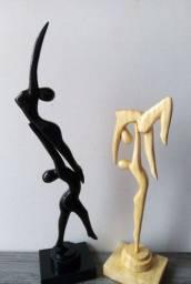 Esculturas de casais de bailarinhos.