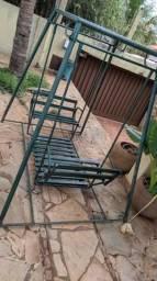 Balanço em ferro com 2 bancos de madeira