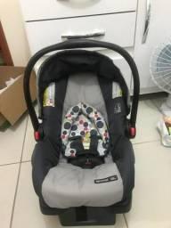 Carrinho de bebê com bebê conforto
