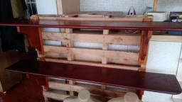 Prateleira de madeira maciça medindo 1.50