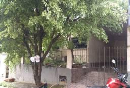 Casa com garagem, jardim e quintal.