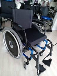A cadeira de rodas AVD Aluminio Azul/ vermelho