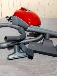 Aspirador de pó usado vermelho