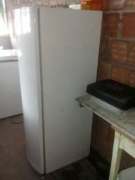 Vendo uma geladeira Consul palito.
