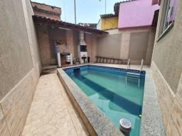 Casa de fundos com 1 quarto, sala, cozinha e banheiro, com piscina e churrasqueira