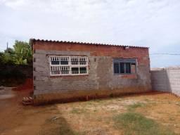 Vendo uma terreno com uma casa simples