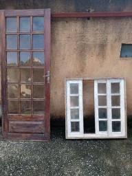 Janela e porta de madeira.