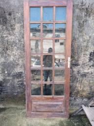 Janela e porta de madeira