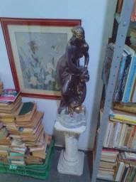Pedestal com estátua