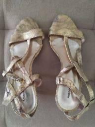 Sandália dourada da Antonella