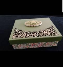 Caixa decorada de madeira