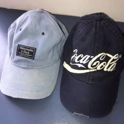 Bonés Abercrombie e Coca-Cola