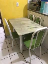 Mesa de mármore verde com branco