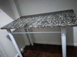 Mesa retangular com tampo de mármore.