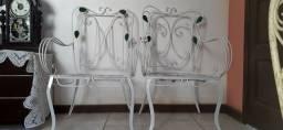 duas cadeiras antigas de ferro de varanda modelo folhinha