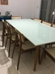 Mesa com oito cadeiras pés palito e tampo de vidro