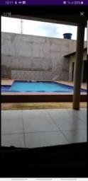 Casa com piscina e área de churrasqueira