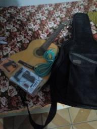 Violão e caixa amplificadora com dois microfones