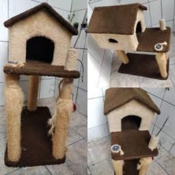 Casa para gato com arranhador.