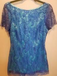 Vestido curto em renda azul escuro com forro de cetim azul claro