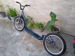 Patinete com rodas de bicicleta